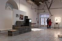 Vista da Exposição O Tempo e o Modo, para um retrato da pobreza em Portugal. Cortesia do artista e Plano Geométrico Associação Cultural.