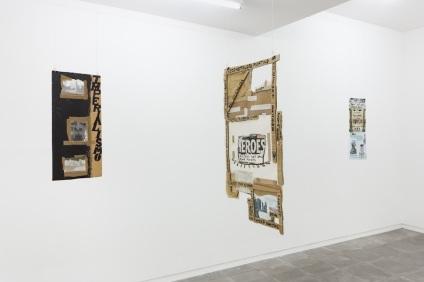 """Carla Filipe, """"Harbour of Antuérpia: cruzamentos históricos"""" / """"Quatre mois dagelijks sur Antuérpia + Bélgica"""". Vista da instalação na Galeria Múrias Centeno (Porto). Cortesia da artista e galeria Múrias Centeno."""
