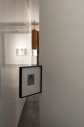 """Igor Jesus, vista da entrada da exposição """"Debaixo do Sol"""" Appleton Square, Lisboa. Cortesia do artista e Appleton Square."""