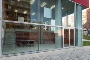 Robin Vanbesien, vista da entrada da exposição 'Gravidade', Lumiar Cité, Lisboa. Cortesia do artista e Lumiar Cité, Fotografia: DMF Fotografia.